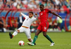 William Carvalho in action with Mexico's Jonathan Dos Santos