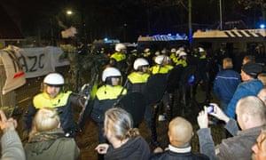 警察站在格尔德马尔森的抗议者面前。