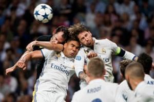 Casemiro gets caught in between Godin and Sergio Ramos.