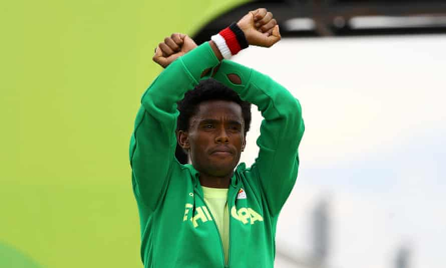 Lilesa crossed his arms as he finished the marathon and on the podium in a symbolic protest against the repressive Ethiopian regime.