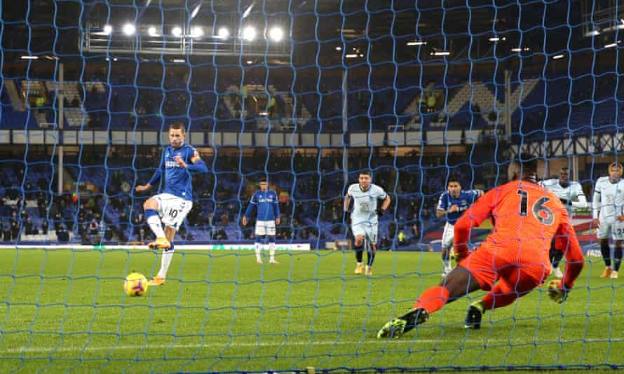 Gylfi Sigurdsson scores the only goal of the game from the penalty spot to give Everton a 1-0 victory over Chelsea at Goodison Park