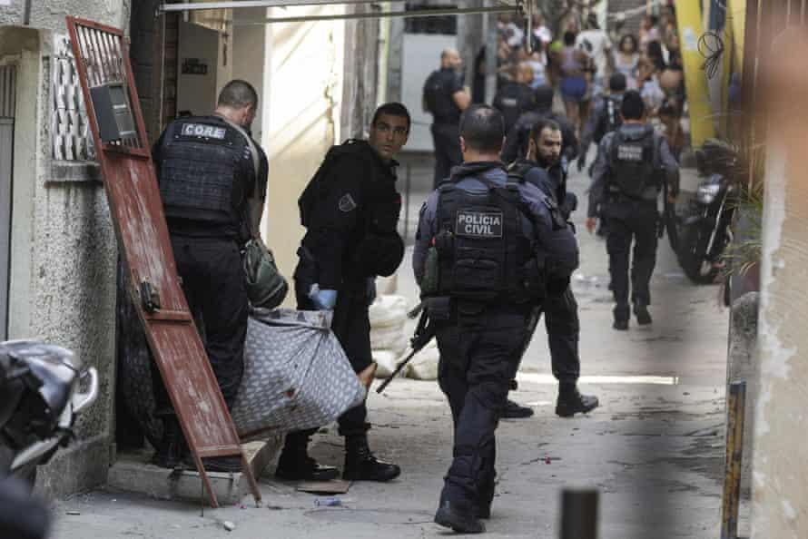 Police remove Isaac Pinheiro de Oliveira's body in Rio on 6 May.