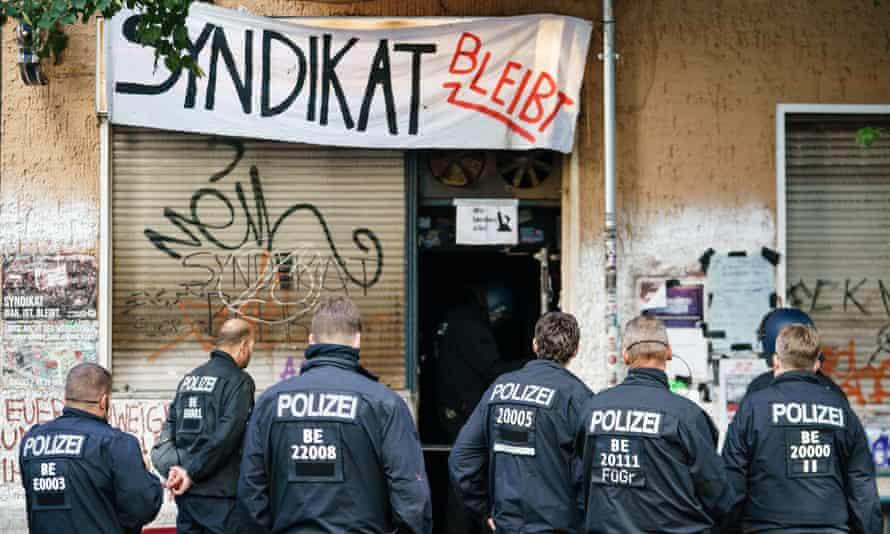 Police help seize Syndikat in Berlin