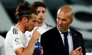 Real Madrid's Gareth Bale (left) with the coach Zinedine Zidane during a drinks break in the game against Real Mallorca n June.