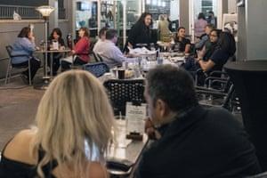 Klienti sēž restorānā Harolds Hjūstonā, Teksasā, 2021. gada 10. martā.