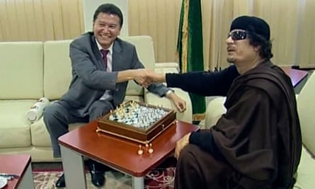 Kirsan Ilyumzhinov playing chess with Libya's Muammar Gaddafi in 2011.