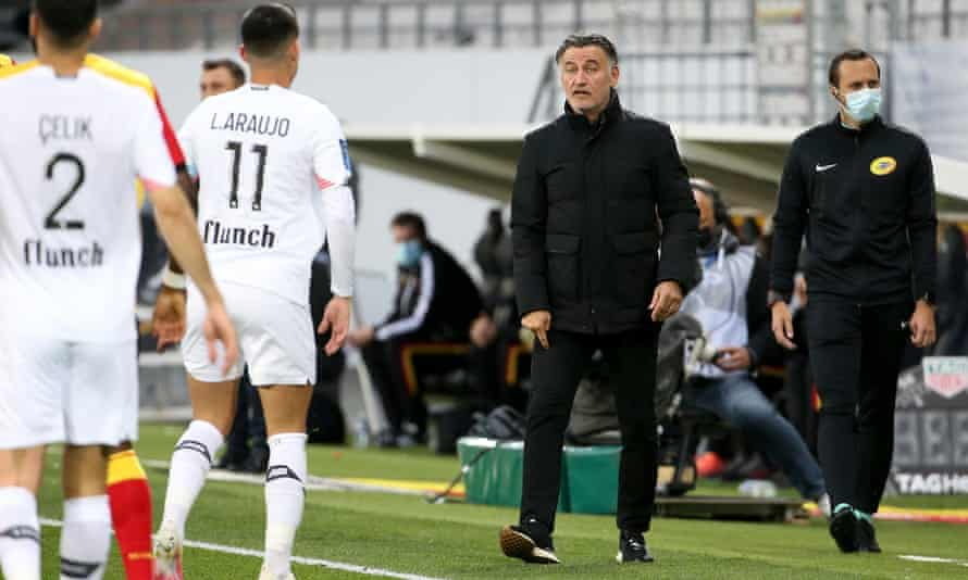 Lille coach Christophe Galtier talks to his players during the Ligue 1 match against Lens in early May.