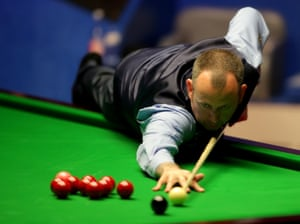 Mark Williams lines up a shot.