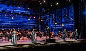 الیزابت لولین ، سارا کانلی ، اد لیون و جرالد فینلی ، رهبر ارکستر مارک ویگلسورث و گروه کر و ارکستر اپرای ملی انگلیس در حال اجرای رکویم موتزارت در کلسیوم.