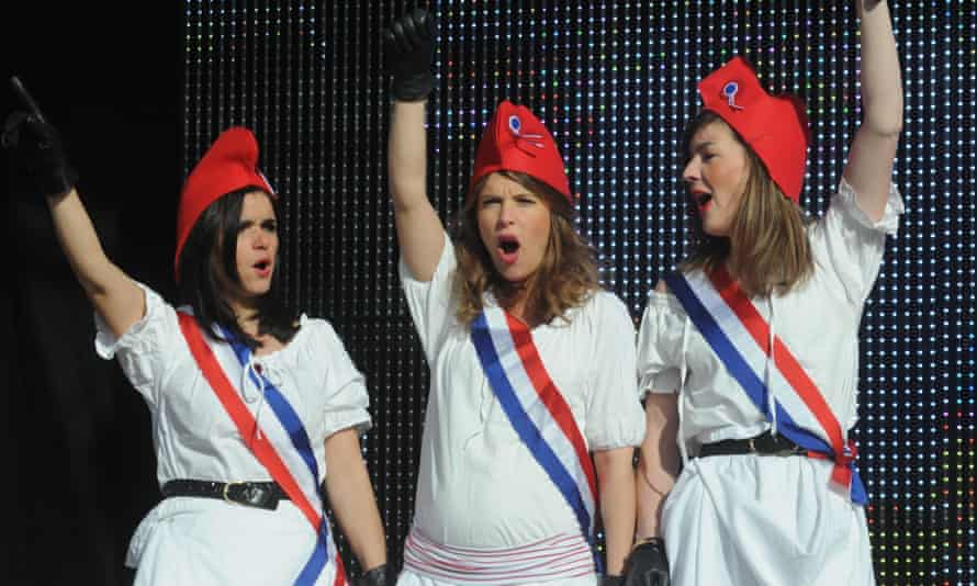"""Women in """"Marianne"""" suits and phrygian hats"""