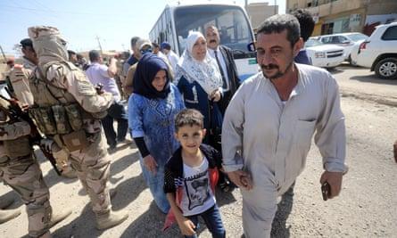 Iraqis walk home to Falluja