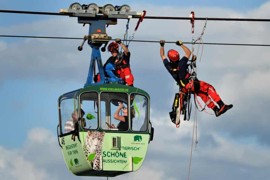 Passengers are evacuated after the cable car accident in Cologne.