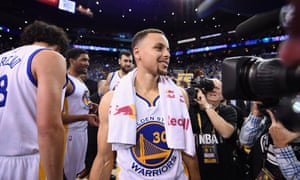 Stephen Curry poured in 46 points to lift the Warriors to a 125-104 win.