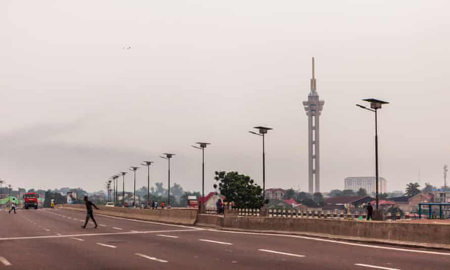 An empty avenue in Kinshasa with the Limete tower in the background.