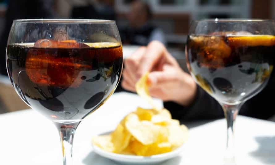 2 glasses of vermut and crisps