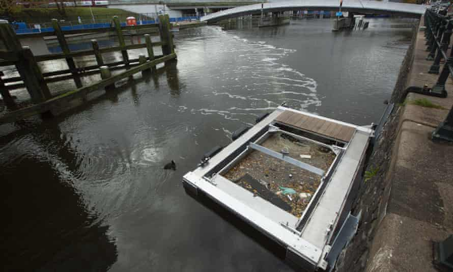 The Great Bubble Barrier is being installed in the Westerdok canal in Amsterdam in a three-year pilot scheme.