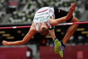 El bielorruso Maksim Nedasekau compite en la clasificación masculina de salto de altura en los Juegos Olímpicos de Tokio.