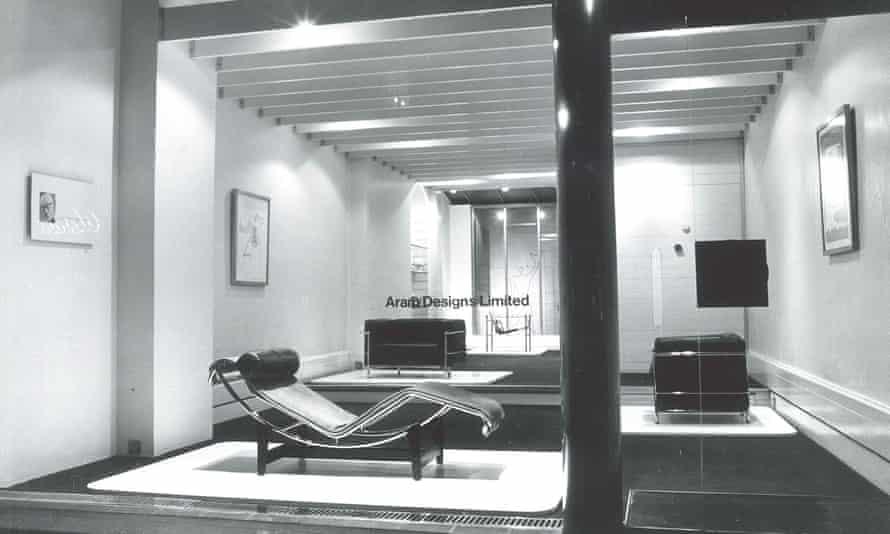 نمایشگاه Aram Designs در Kings Road در سال 1964 افتتاح شد ، نمای تمام شیشه ای آن و فضای داخلی آن از جنس استیل سفید و ضد زنگ جلوی رهگذران را گرفته بود.