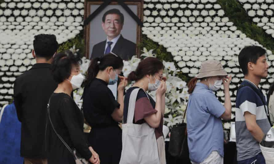 Mourners pass by a memorial altar for Seoul mayor, Park Won-soon