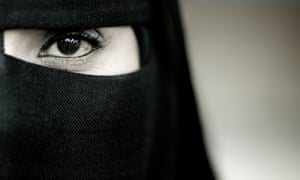 Close-up picture of the eye of a woman waring a niqab