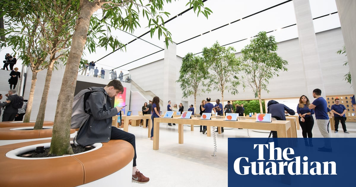 Claps and cheers: Apple stores' carefully managed drama | Technology