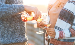 Man and woman with glass of rose wine on summer beach picnic<br>K8H09E Man and woman with glass of rose wine on summer beach picnic