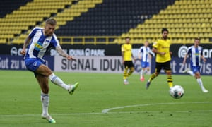 Hertha's Alexander Esswein shoots.