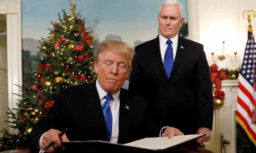 Trump, with Pence behind him, announces that the US recognises Jerusalem as the capital of Israel.
