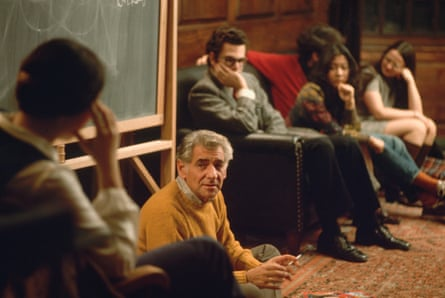 Leonard Bernstein in discussion with students.