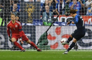 Neuer goes the wrong way.