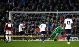 Everton's Gylfi Sigurdsson scores his side's third goal of the game from the penalty spot.