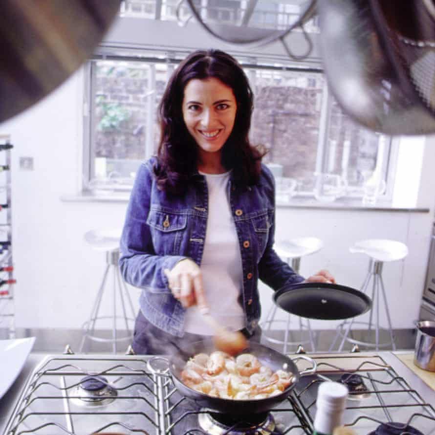 Cooking a dish on Nigella Bites, her first TV cookery show (1999-2001).