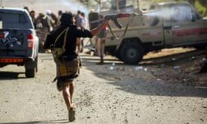 Yemeni tribesmen, loyal to Saudi-backed Abd-Rabbu Mansour Hadi, during clashes with Houthi rebels west of Taiz.