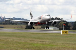 Quarantine-Free Trans Tasman Travel Bubble Between Australia and New Zealand BeginsAUCKLAND, NEW ZEALAND - APRIL 19: The first quarantine free trans-Tasman flight touches down in Auckland from Sydney on April 19, 2021 in Auckland, New Zealand. The trans-Tasman travel bubble between New Zealand and Australia begins on Monday, with people able to travel between the two countries without needing to quarantine. (Photo by Fiona Goodall/Getty Images)