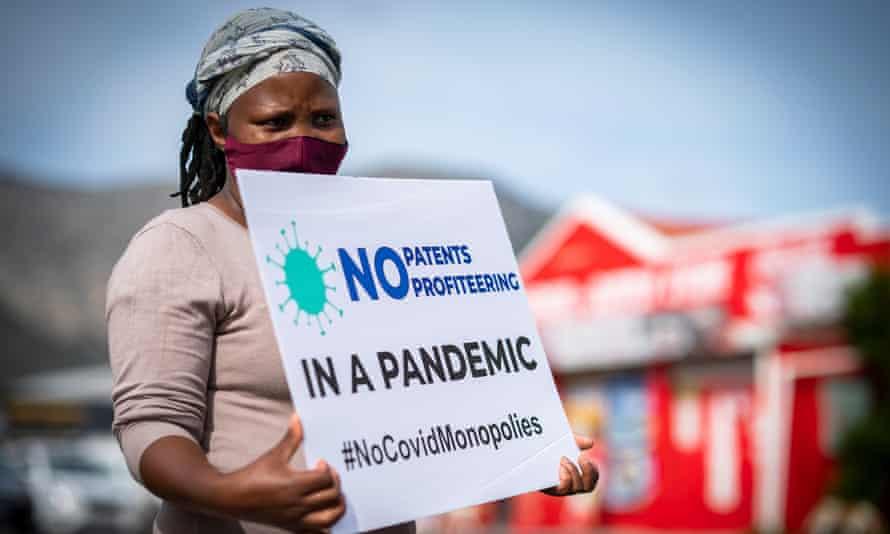 Seorang wanita mengambil bagian dalam protes yang menyerukan perusahaan farmasi besar untuk membatalkan paten dan perlindungan kekayaan intelektual lainnya untuk memastikan ada akses yang adil ke vaksin Covid.