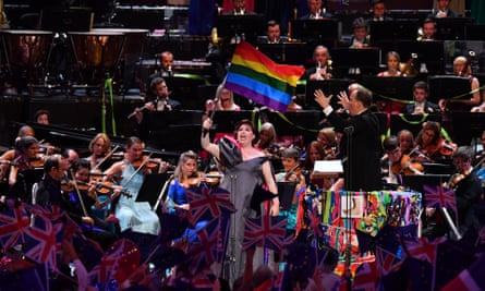 Jamie Barton waving a flag at the 2019 Last Night of the Proms