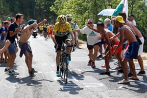 Froome, respond to the attack, closly followed by Contador