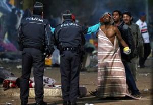 Policiais confrontam os usuários da Cracolândia. Fotografia: Paulo Whitaker/Reuters