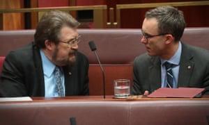 Derryn Hinch talks to Tim Storer in the Senate.