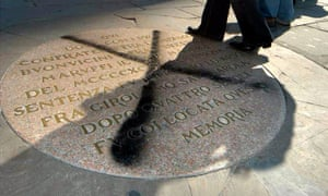 The stone plaque marking the spot where Savonarola was hanged and burned was vandalised with black paint in 2005.
