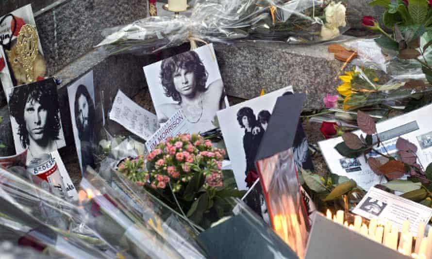 Penghormatan menghiasi makam pentolan Doors Jim Morrison di pemakaman Père Lachaise di Paris