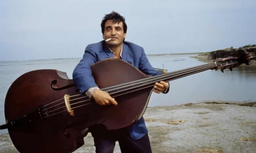 Gypsy jazz guitarist Tchavolo Schmitt in Latcho Drom.