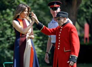 Melania high-fives a Chelsea pensioner during the bowls