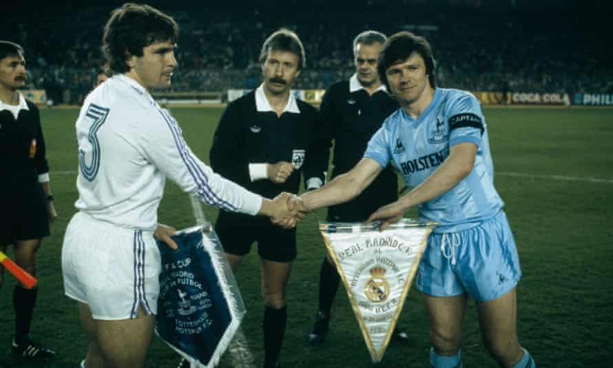 Steve Perryman and José Antonio Camacho exchange pennants before the Uefa Cup quarter-final second leg at the Bernabéu on 20 March 1985.