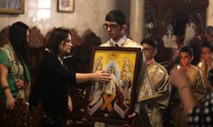 Cristianos palestinos asisten a un servicio de Pascua ortodoxo en Gaza