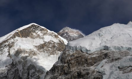 An Australian woman and Dutch man have died climbing Mount Everest.