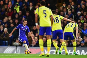 Pedro Rodríguez prepares to confront an Everton defence that was unable to cope with Chelsea at Stamford Bridge.