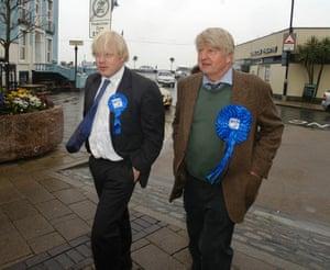 Johnson dengan ayahnya, Stanley, di Devon, April 2005
