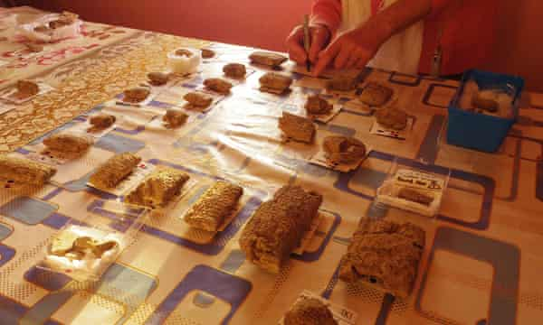 Laying out the tablets on the dining room table at Ur. Rows of tablets of different sizes lie on a plastic tablecloth.