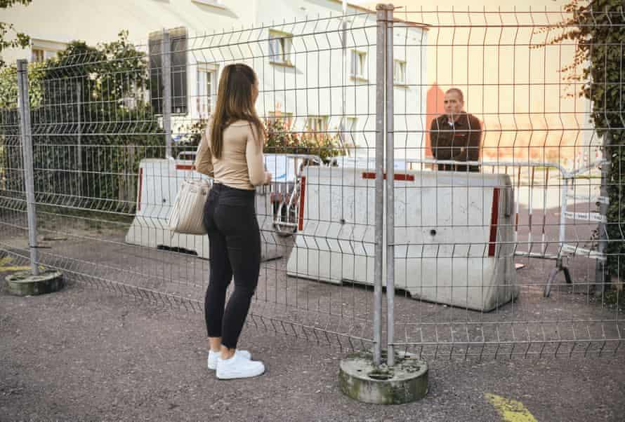 Katarina et Ivo sont en couple depuis le dernier réveillon du Nouvel An.  Après avoir érigé une deuxième clôture, ils ne peuvent plus s'embrasser.